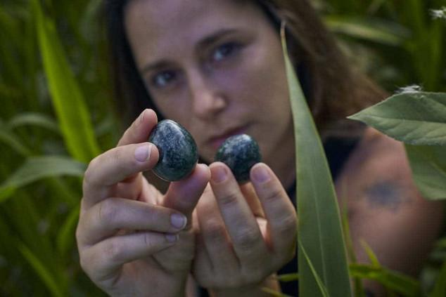 mujer en la naturaleza con huevos