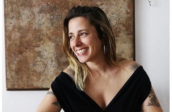 Eliza Sonriendo
