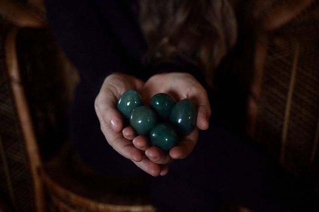 Cuarzos verdes en la mano